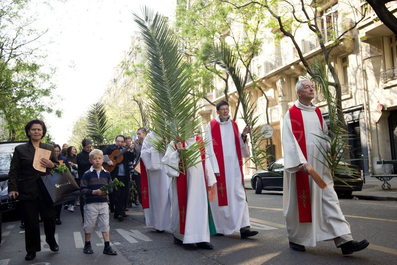 http://www.citylifemadrid.com/wp-content/uploads/1303049704-catholic-procession-for-palm-sunday-in-paris_661042.jpg