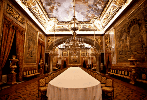 The royal palace of madrid citylife madrid for Comedor waterdog royal house